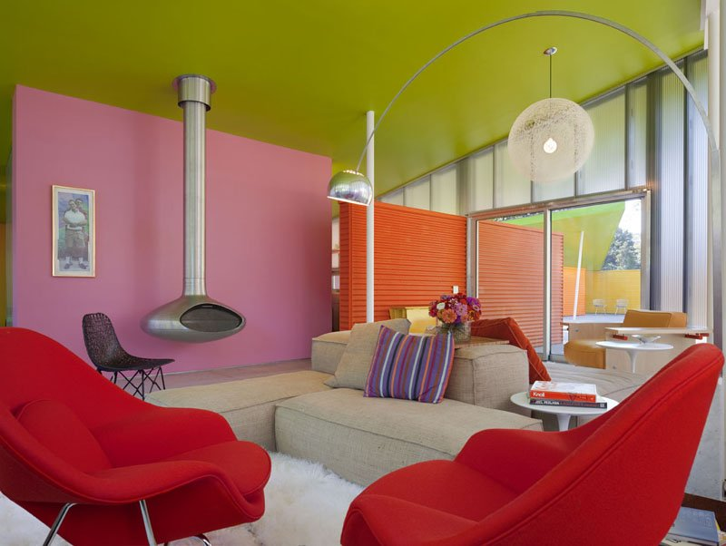 Ruang Tamu Unik Warna Pink dan Merah