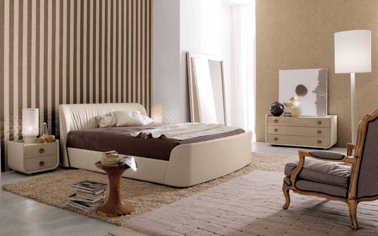 kamar tidur sederhana dengan dinding wallpaper