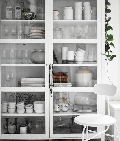 lemari kaca display di dapur cantik putih bersih