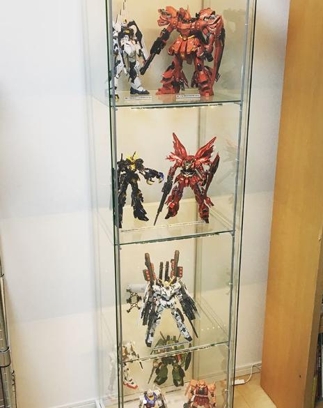 lemari kaca display tempat koleksi gundam