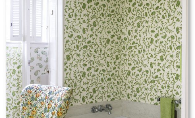bathtub dengan wallpaper flower alami hijau