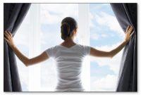 Ilustrasi Rumah Sehat Bersih - Wanita sedang melihat jendela