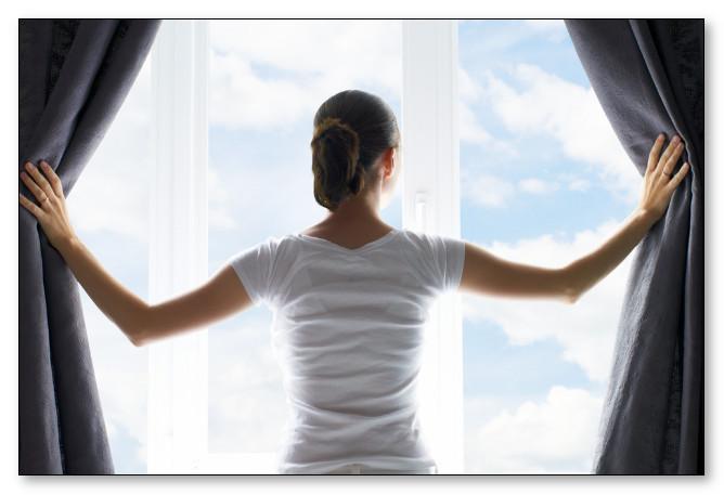 Ilustrasi Rumah Sehat Bersih   Wanita sedang melihat jendela