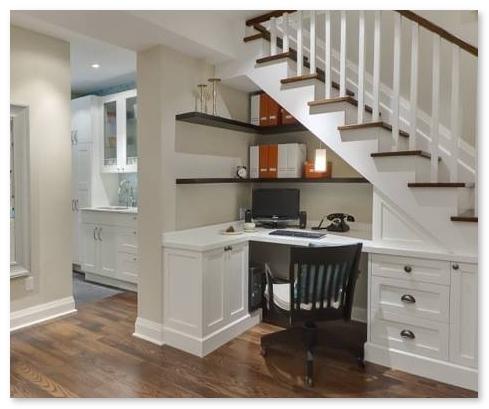 Ruang kerja keren minimalis yang berada di bawah tangga - memanfaatkan space bawah tangga
