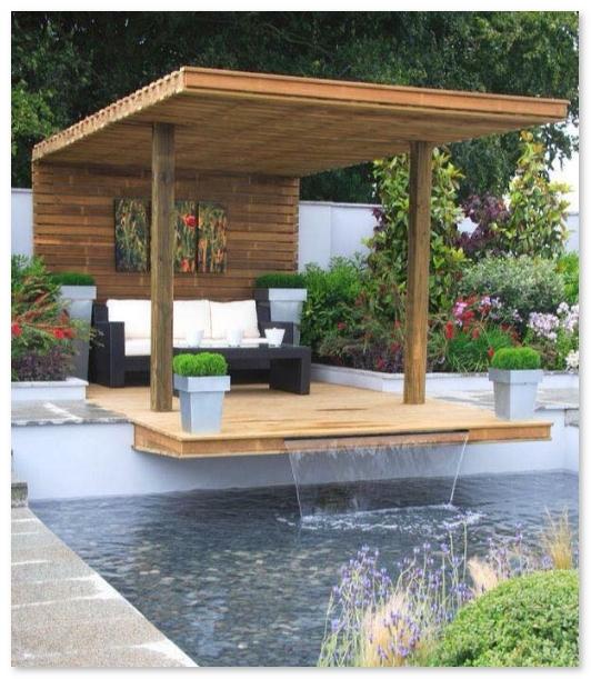 Ruang santai terbuka dengan kolam renang dan penambahan elemen air mancur
