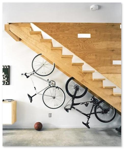 Tempat ruang bawah tangga yang keren   sebagai tempat menaruh sepeda