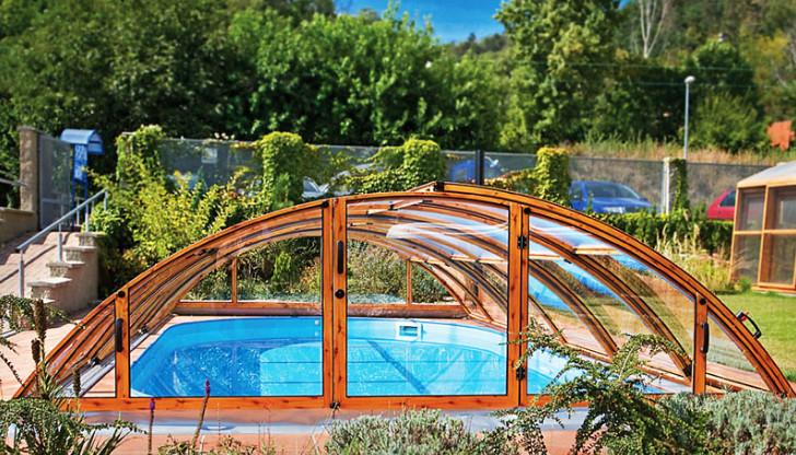 Desain taman belakang dengan kolam renang