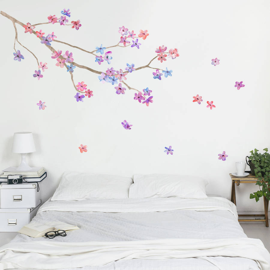 Mendekorasi dinding kamar kosan dengan wall stiker