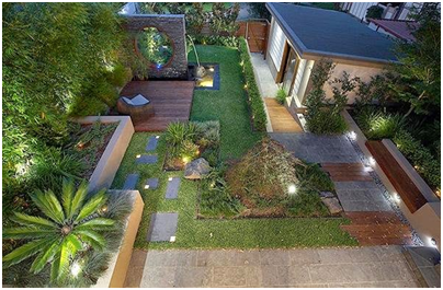 sentuhan seni pada taman belakang rumah yang modern