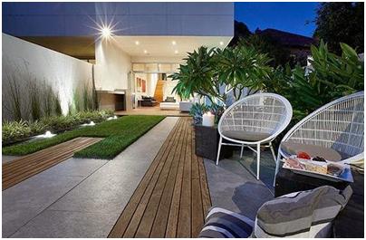 taman dengan ubin porselin dan kayu pada belakang rumah