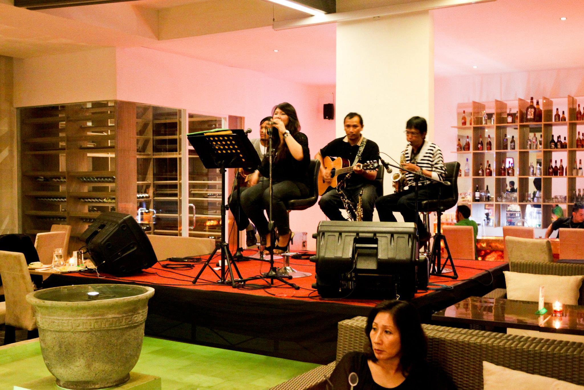 Penampilan live music di sebuah cafe Via: bandung.panduanwisata.id