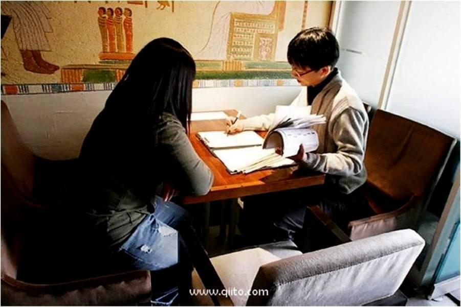 Seorang fortune teller membacakan keberuntungan pengunjung di Cafe   Korea selatan Via: hcfelany.wordpress.com