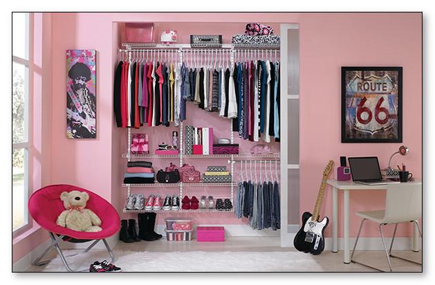 furniture lemari organizer pink pada kamar tidur anak perempuan