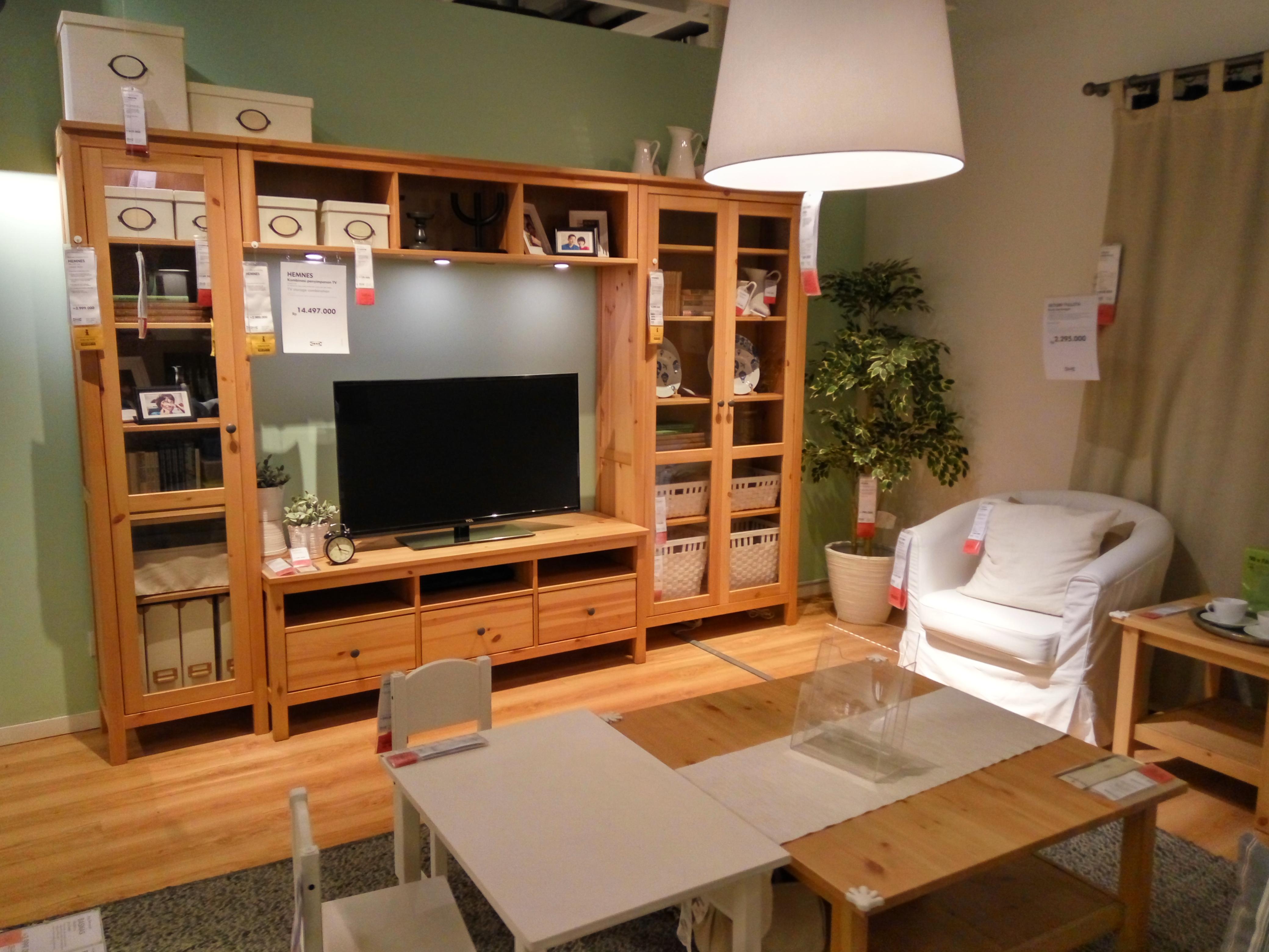 Contoh desain interior rumah minimalis bagian ruang TV Keluarga