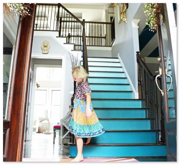 desain tangga dengan warna gradasi yang unik dan keren