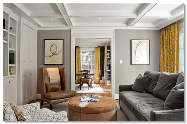desain ruang tamu warna coklat dan abu dengan simple ventilasi jendela yang cukup agar penerangan ruangan tidak gelap