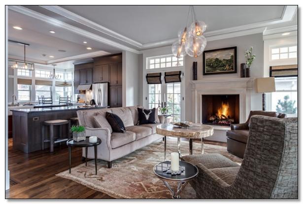 desain ruang tamu warna coklat dan abu di tempat perapian menambah kehangatan ruangan