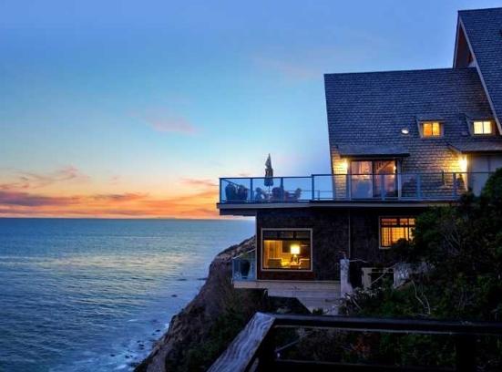 nyamannya rumah di pinggir pantai dengan pemandangan indah