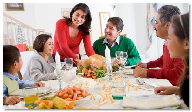 santap makan malam santai bersama keluarga