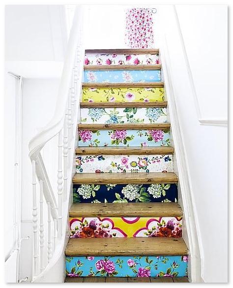 tangga-unik-dengan-wallpaper-corak-warna-warni