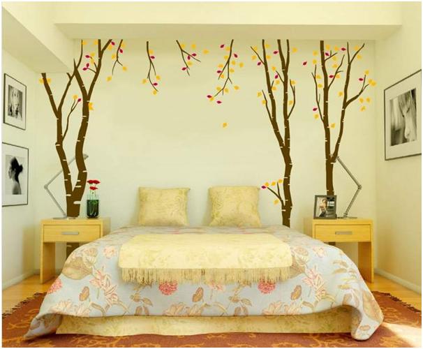 kamar tidur dengan wallpaper mearik untuk rumah minimalis