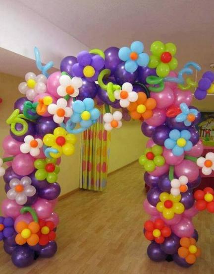 kreasi gerbang dari balon yang unik untuk kamar anak