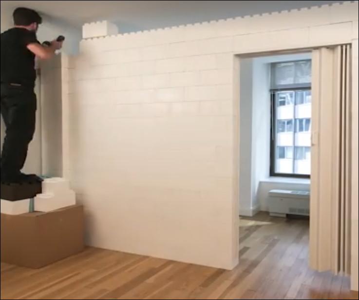 menyusun blok lego untuk partisi ruangan