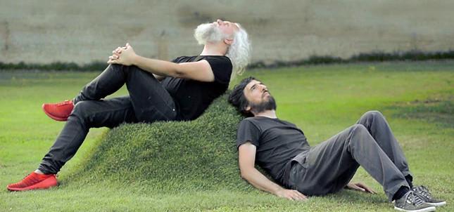 nyamannya duduk santai di sofa alami dari rumput asli