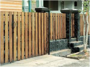 pagar kayu yang bagus untuk rumah minimalis