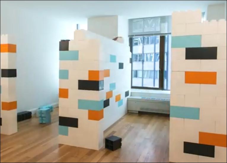 sekat ruangan dari block lego raksasa