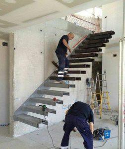 pengerjaan bangunan tangga besi melayang
