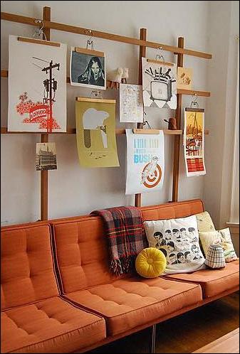 rak majalah dan poster dari hanger