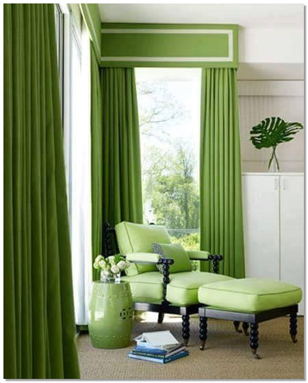 warna hijau cantik pada gorden tinggi dan sofa nyaman