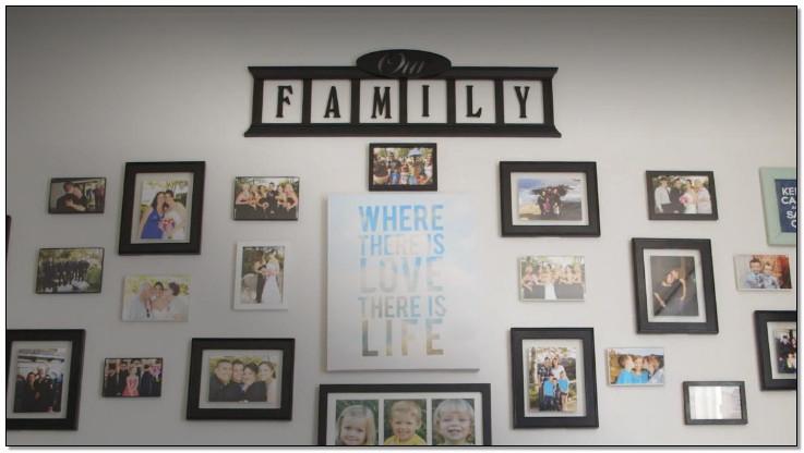 momen indah pada frame kolase di ruang keluarga