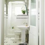 kamar mandi putih bersih dengan keramik putih corak