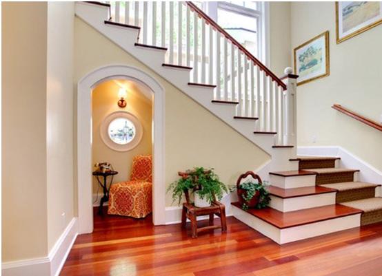 ruang baca yang nyaman di bawah tangga