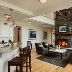 dapur yang terbuka dengan ruang keluarga model klasik putih