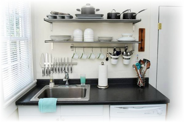 rak piring gantung pada dapur bersih