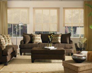 dekorasi ruang tamu dengan sofa warna coklat