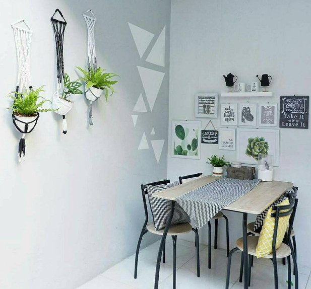 wall decor di ruang makan