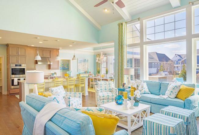 interior rumah tinggi di ruang tamu membuat ruangan terlihat besar dan bagus
