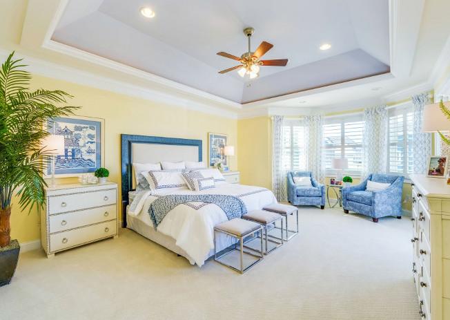 kamar tidur luas dengan desain cerah
