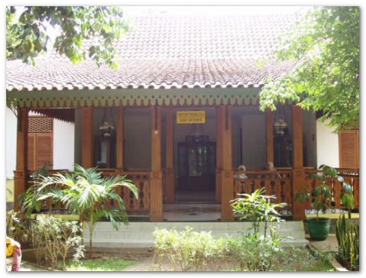 rumah tradisional di kampung asri
