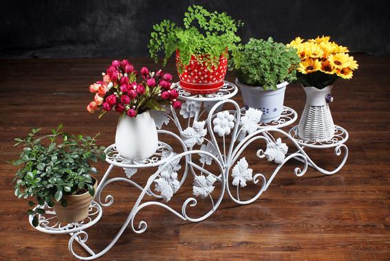 rak bunga dari besi yang modelnya minimalis
