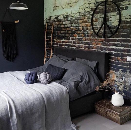 konsep dinding motif batu bata berlumut dengan wallpaper