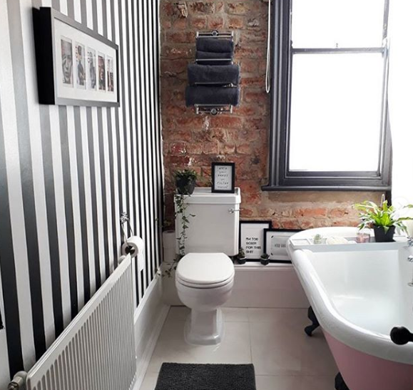 renovasi kamar mandi jadi keren dengan dinding motif natural bata