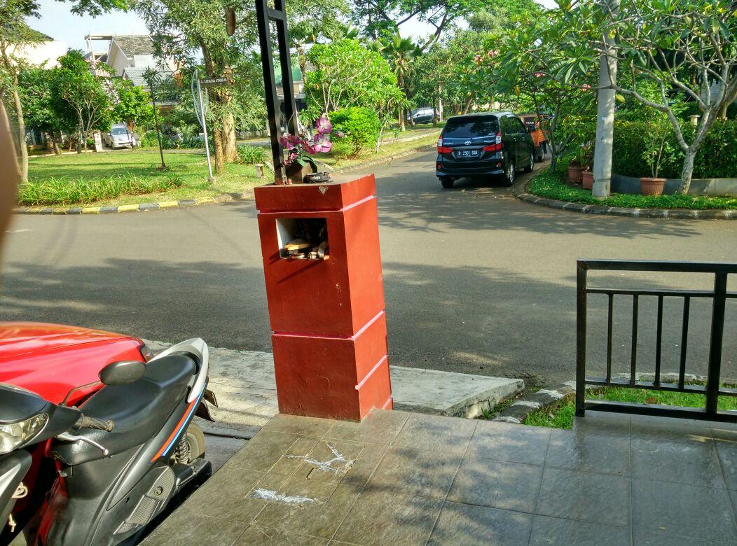 Dekat taman komplek depan dan pos security