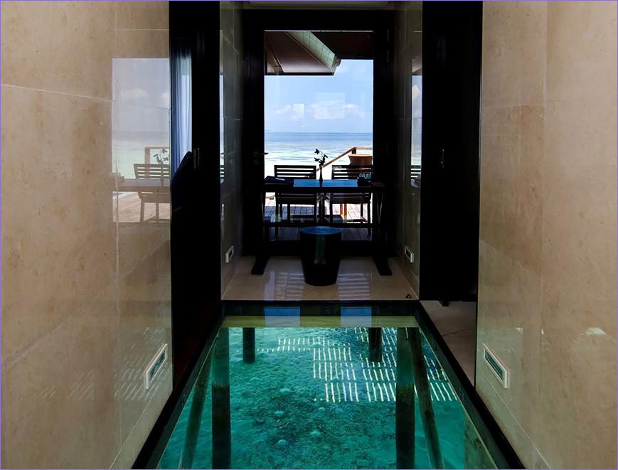 pemandangan air yang luar biasa pada lantai kaca