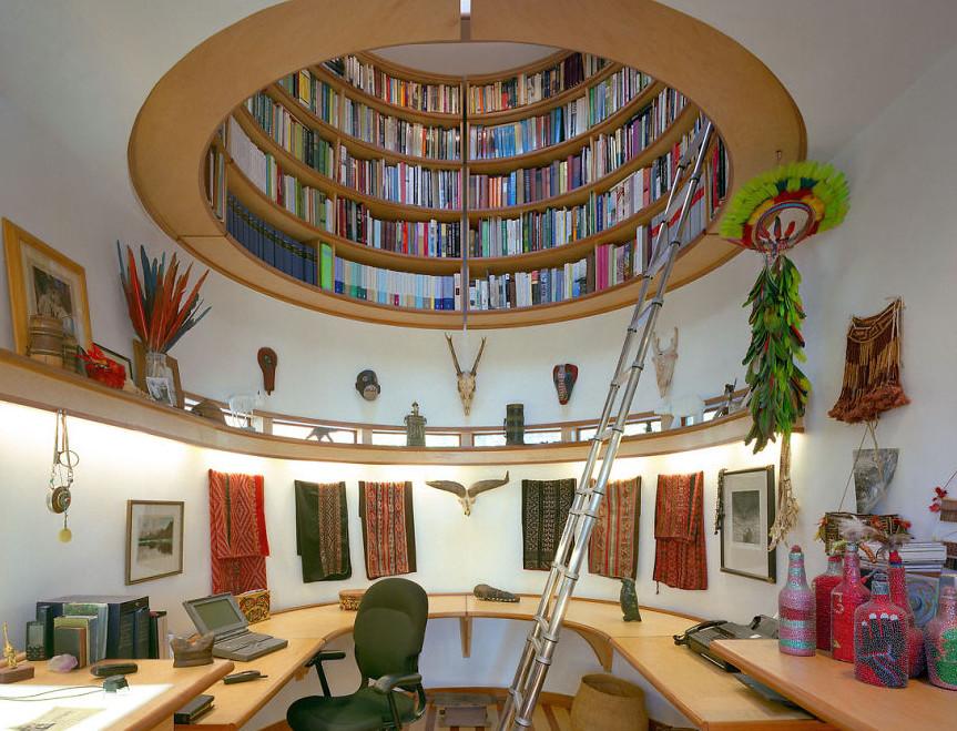 perpustakaan yang berada di ceiling atap rumah