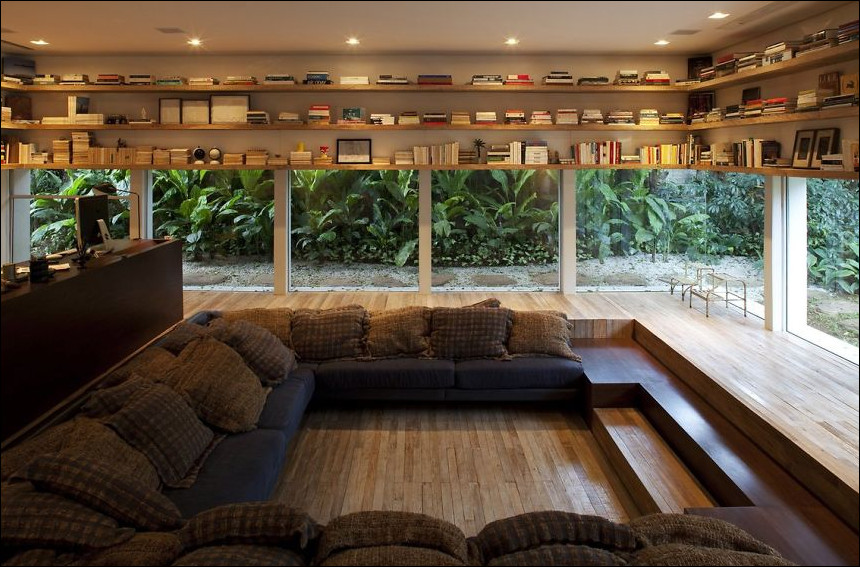 ruang baca yang keren menjorok ke bawah serta rak buku yang pendek terjangkau